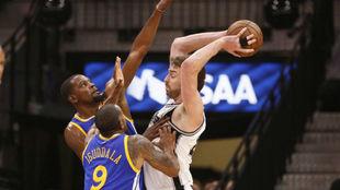 Pau Gasol (Spurs) defendido por Kevin Durant y Andre Iguodala...