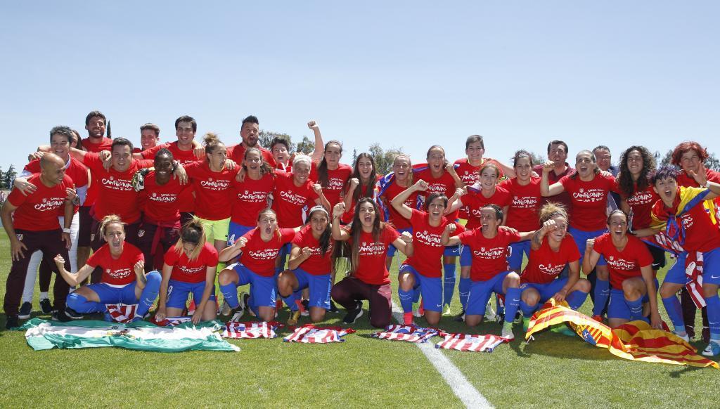 Las jugadoras del Atlético de Madrid celebran el título en la Ciudad...