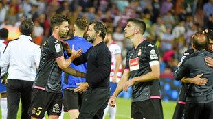 Quique Sánchez Flores (52) saluda a los jugadores tras el encuentro...