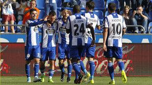 Carles Gil celebra un gol con sus compañeros
