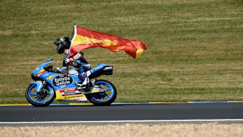 Arón Canet celebra su segunda posición en Le Mans.
