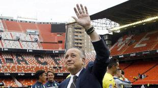 Roig saluda a los aficionados en Mestalla tras lograr el objetivo de...