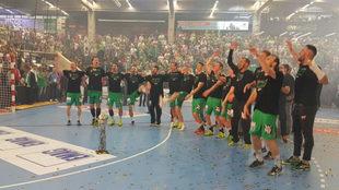 Los jugadores del Frisch Auf Göppingen celebran el triunfo con sus...