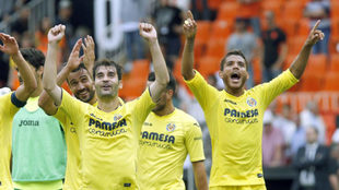 Trigueros celebra con Jonatha la clasificación.