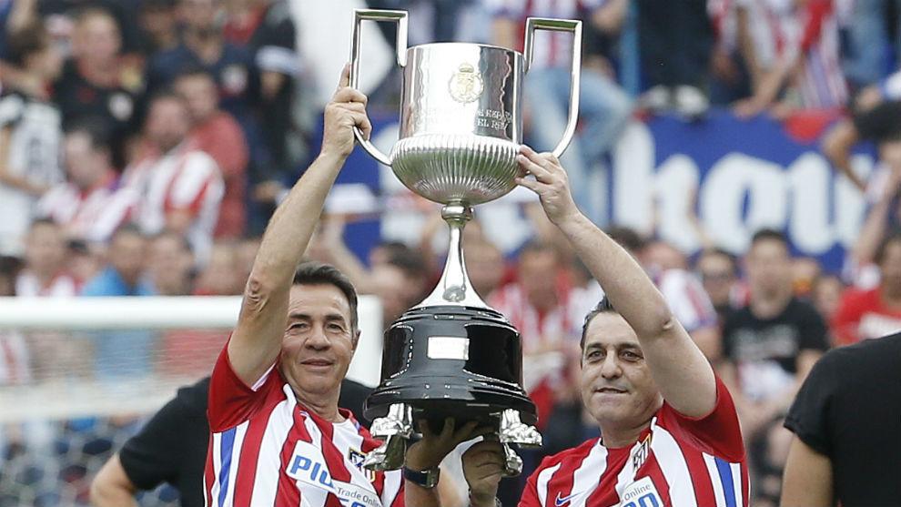 Futre, junto a Abel, ofrecen la Copa del Rey de 1992 a la afición del...