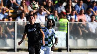 Herrera lucha por un balón.