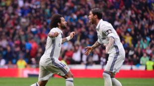 Marcelo celebra con Ramos su decisivo gol ante el Valencia