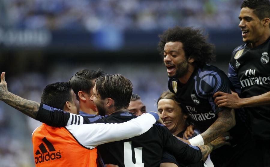 Los jugadores del Madrid celebran la consecución de la Liga