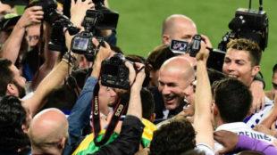 Zidane celebra la Liga con los jugadores