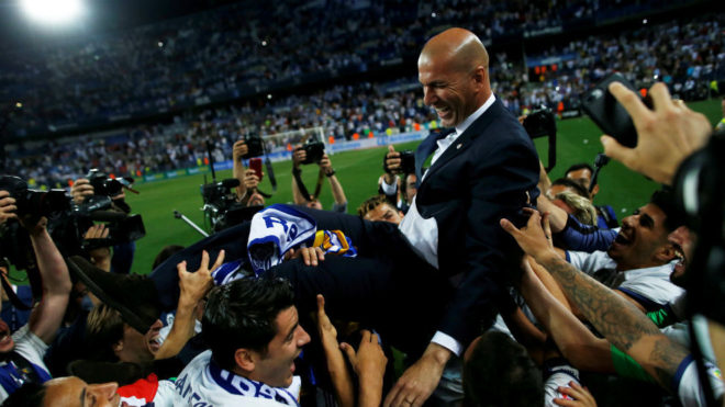 Zidane, manteado por sus juagdores.