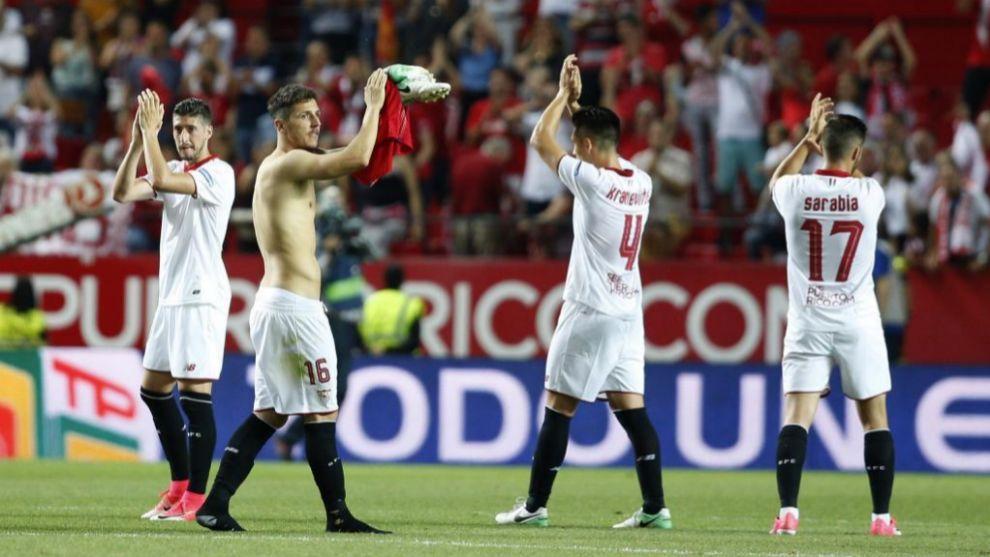 Los jugadores del Sevilla se despiden del Sánchez Pizjuan por esta...