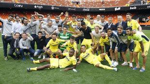 La plantilla del Villarreal celebra el pase europeo tras el encuentro