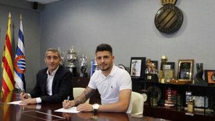 Ramón Robert y Pipa en el momento de la firma del nuevo contrato.