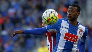 Mamadou forcejea con Filipe Luis en un partido de la temporada 15-16.