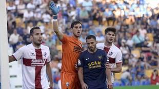 Sergio Herrera se prepara en un córner junto a Nono en el partido de...