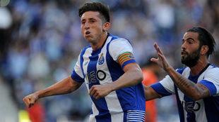 Héctor Herrera en celebración de gol con Sergio Oliverira.