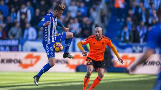Santos controla un balón ante Abdennour.