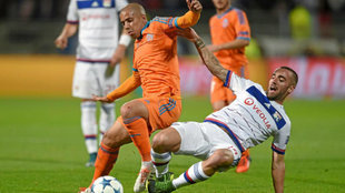 Darder pelea por un balón con Sofiane Feghouli en un partido de Liga...