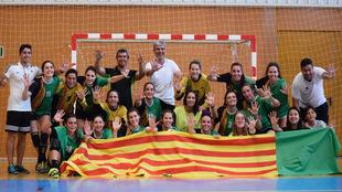 La plantilla del BM Castellón celebra el acenso