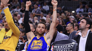 Stephen Curry celebra la victoria de los Warriors
