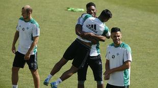 Donk coge a Nahuel, con Zozulya y Bruno al lado, en el entrenamiento...
