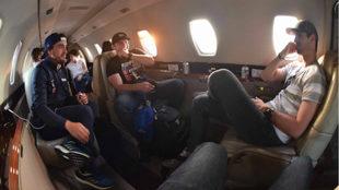 Fernando Alonso, Conor Daly y Alexander Rossi, en el avión a NY.