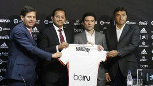 Alemany, Murthy, Marcelino y Alesanco posan con la camiseta del...