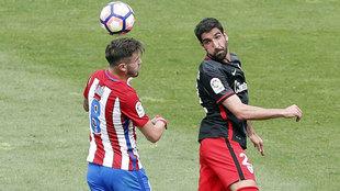 Raúl García lucha por un balón con Saúl en el partido del...