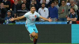 Ozan Tufan con Turquía