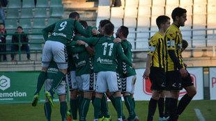 Los jugadores celebran el gol de Owusu que dio la victoria al Toledo...