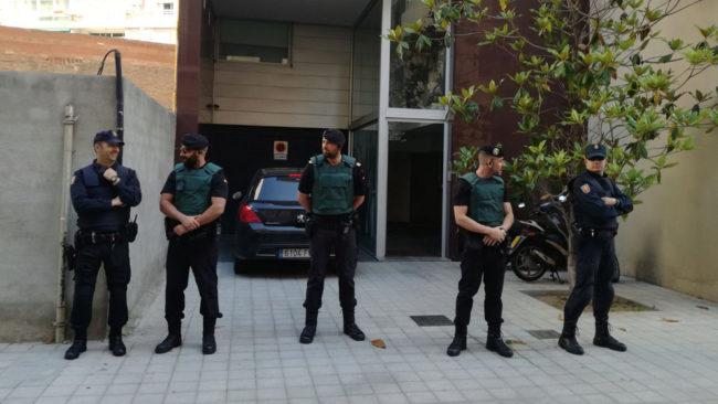Agentes del Cuerpo Nacional de Policía y de la Guardia Civil...