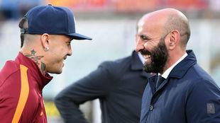 Nainggolan y Monchi se ríen antes de un partido de la Roma.