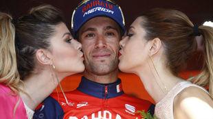 Vincenzo Nibali en el podio con las azafatas del Giro.