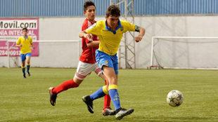 Raúl Asencio remata a portería durante un partido.