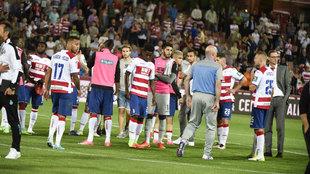 Los jugadores del Granada al finalizar el partido