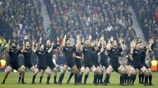 Los All Blacks realizan su tradicional 'haka' antes de un...