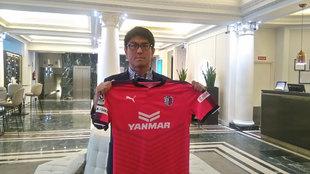 Naoto Ihara posa con la camiseta del Cerezo Osaka