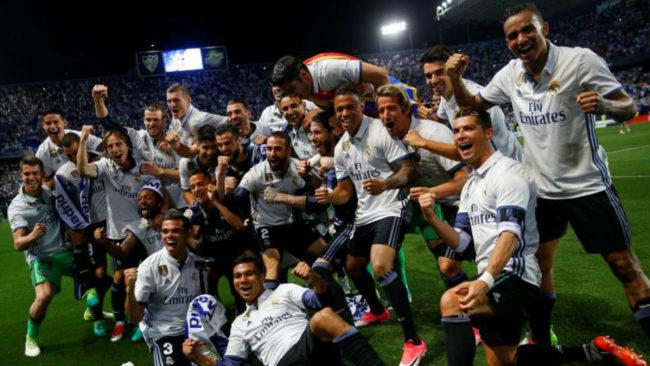 Los jugadores del Real Madrid celebran el título sin el trofeo en La...