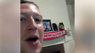 Zuckerberg, con la bufanda del Sevilla en su habitación