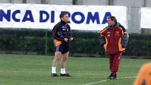 Totti charla con Zeman, su quinto entrenador en los primeros cuatro...