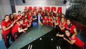 La plantilla del Atlético de Madrid brinda en la redacción de MARCA.