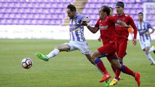Michel Herrero intenta llevarse un balón en el partido contra el...