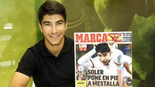 Carlos Soler posa junto a una portada de MARCA.