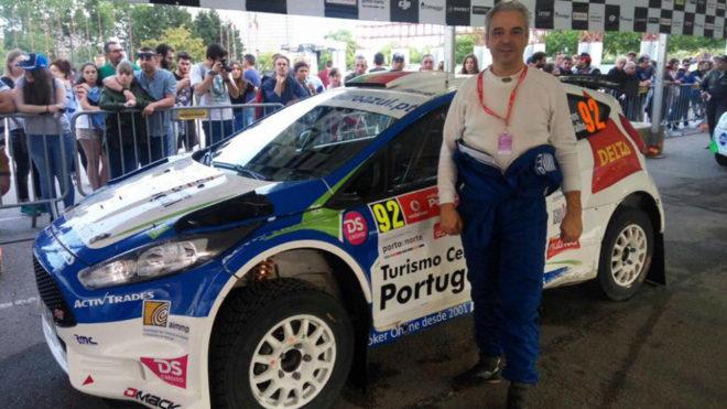 Ramos con el Ford Fiesta R5 que pilotó el pasado fin de semana.