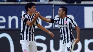 Vallejo y Marco Fabián, celebrando un gol del Eintracht.