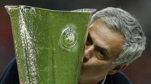 Mourinho besa la Europa League.