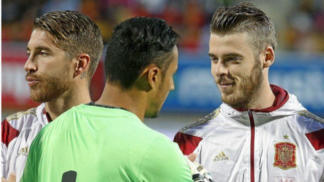 Navas y De Gea se saludan antes de un partido con las selecciones.