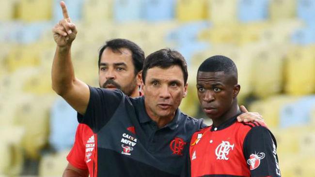 Zé Ricardo dando órdenes a Vinicius Jr antes de su debut.