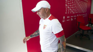 El argentino Jorge Sampaoli sale de la sala de prensa.