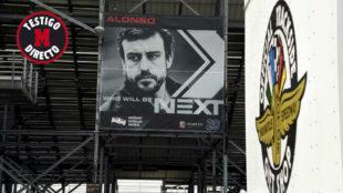 Alonso, en uno de los carteles promocionales que adornan el circuito...